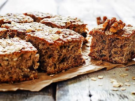 Мързелив бърз и лесен кекс със сладко от боровинки и орехи (с бакпулвер) - снимка на рецептата